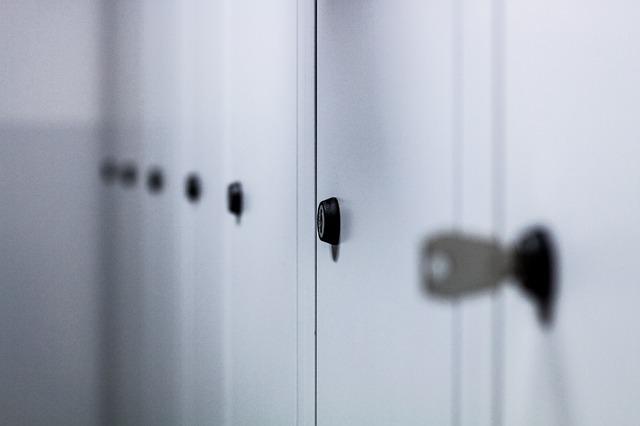 bílé skříňky, zámečky, klíček