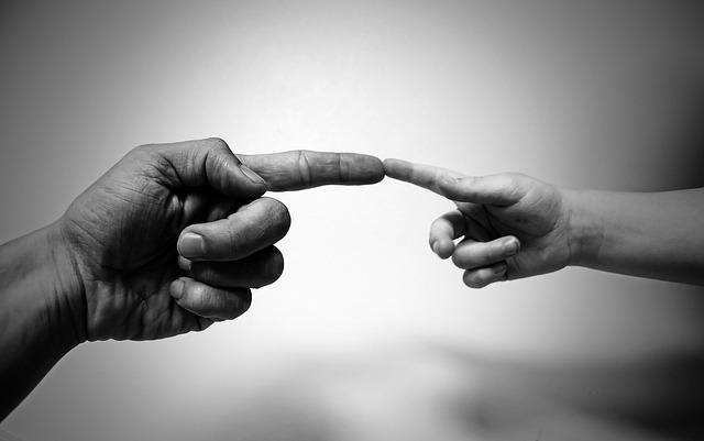 dotek prstů