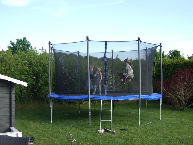tři holky na trampolíně