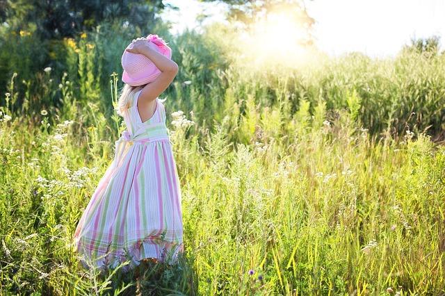 malá holčička na zahradě