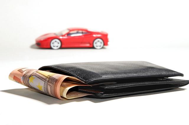 peněženka a červené auto v pozadí