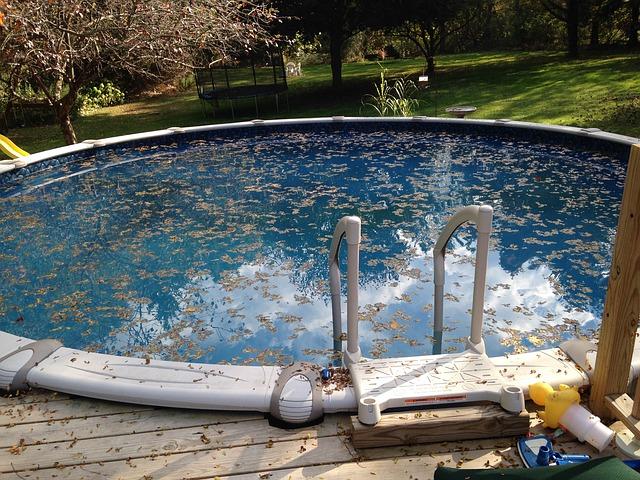 Špinavá voda v bazénu