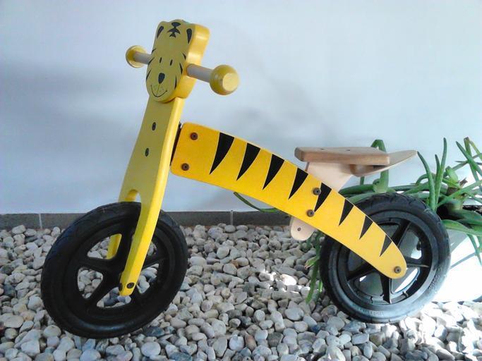 dřevěné žluté vozítko.jpg